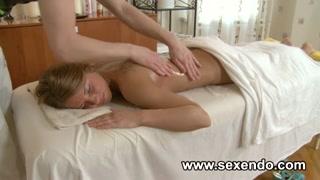 el masajista español complace con algo más a una jovencita rubia americana