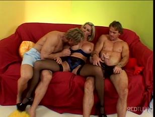caliente esposa infiel se entretiene con dos de sus vecinos
