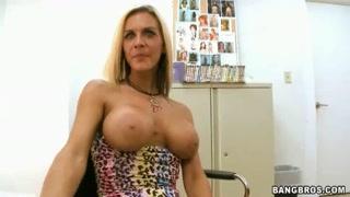 veterana rubia amater de atuendo atrevido exhibiéndose ante la cámara
