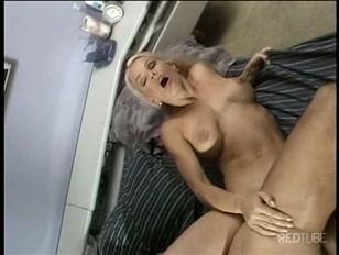 ardiente veterana sintiendo la penetración intensa que le propina su amante furtivo