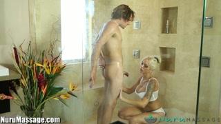 perrita rubia de salvaje actitud con el chico que ha invitado a la ducha