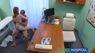 Joven pelirroja follada duro por un porno doctor
