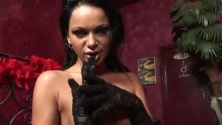 sensual y seductora modelo latina en un cuarto lujoso de la mansión sexual