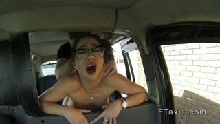 zorra ejecutiva follada en el asiento trasero del taxi