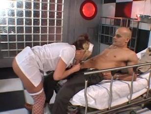 Una enfermera de primeros auxilios atiende a su primer paciente del día