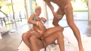 caliente rubia llena de aceites haciendo un salvaje trío anal en compañía de nuestros modelos