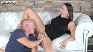 Anciano porno actor follando duro a una cachonda morenaza