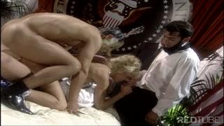 rubia elegante hace un trío anal con dos pervertidos enmascarados