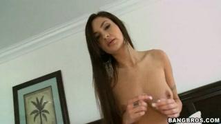 Erótica mujer broncea sus enormes pechos y se toca.
