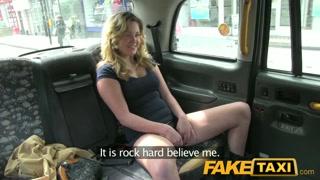 chica joven y casual que está en busca de aventuras en un taxi